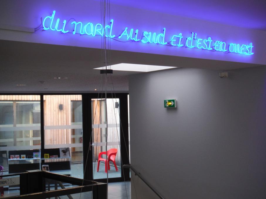 Les néons écriture de Mauricio Nannucci à la Maison des Associations (2004) © F.Vergin