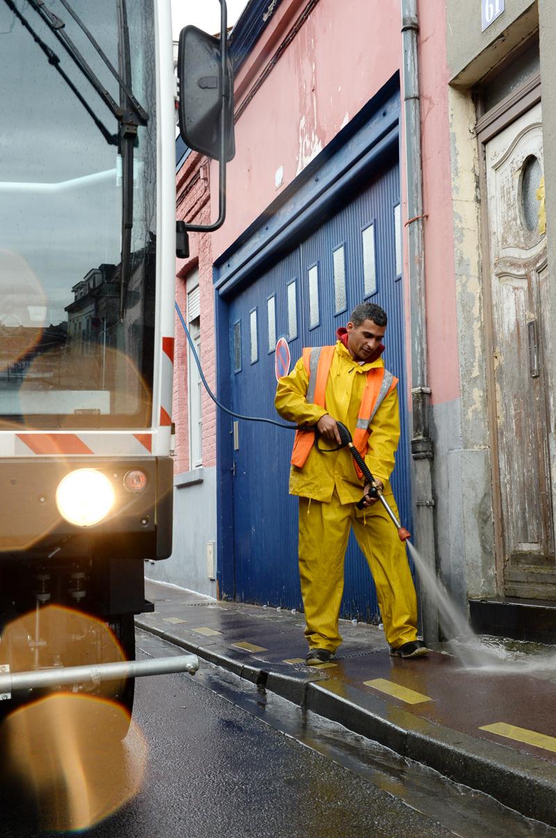 """Dans tous les quartiers, toutes les rues sont nettoyées de façon hebdomadaire. La propreté de la ville est l'affaire de tous : """"une ville propre c'est aussi une ville que l'on ne salit pas !"""". Le retour à la propreté en ville est de la responsabilité de chacun : élus, agents, partenaires mais aussi habitants et usagers. Sur ce point, bien des progrès restent à faire !"""