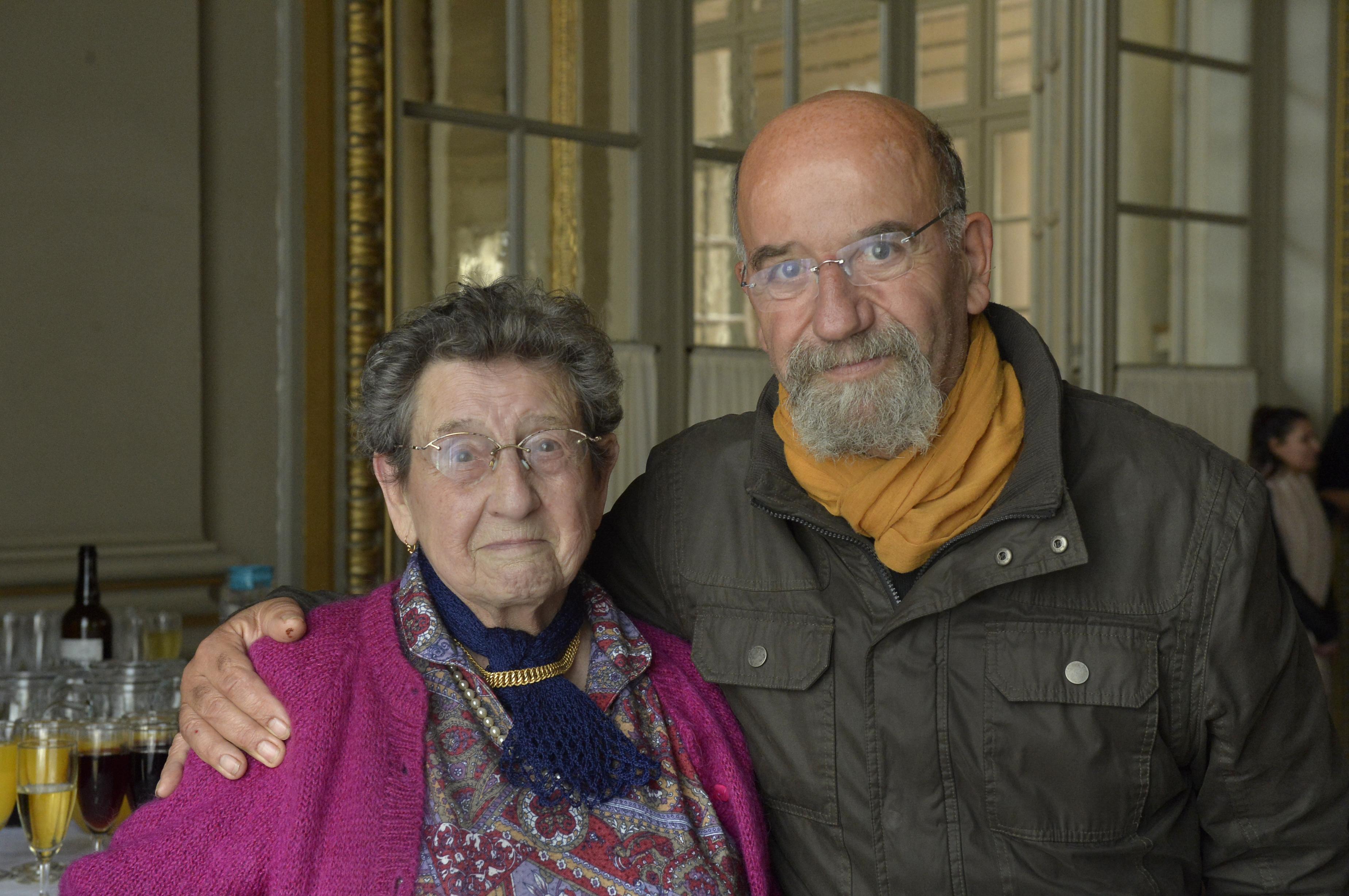 « J'habite au Fresnoy. Dans notre quartier, nous avons déjà intégré les plus anciens dans la réflexion associative. Cette nouvelle instance proposée par le CCAS est une bonne chose. Elle va permettre de réfléchir ensemble pour d'agir sur tout le territoire. On pourra par exemple sensibiliser la population qui vieillit ou inciter les séniors à suivre des conférences sur la prévention santé. » M. Briet, 67 ans membre de l'Assemblée des aînés aux côtés de la doyenne, Mme Vandevoorde, 93 ans