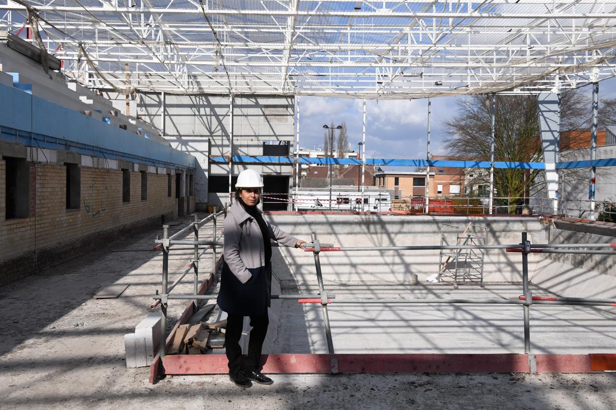 Karima Zouggagh, Adjointe au maire en charge des marchés publics et des grands projets en patrimoine bâti communal devant le bassin de la piscine Lesaffre.