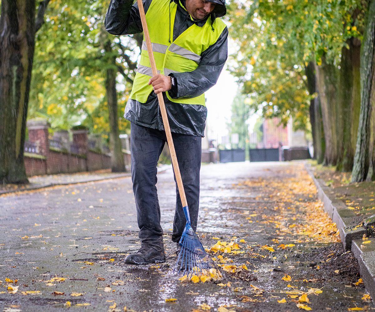 agent municipal ramassant des feuilles au cimetière de Roubaix