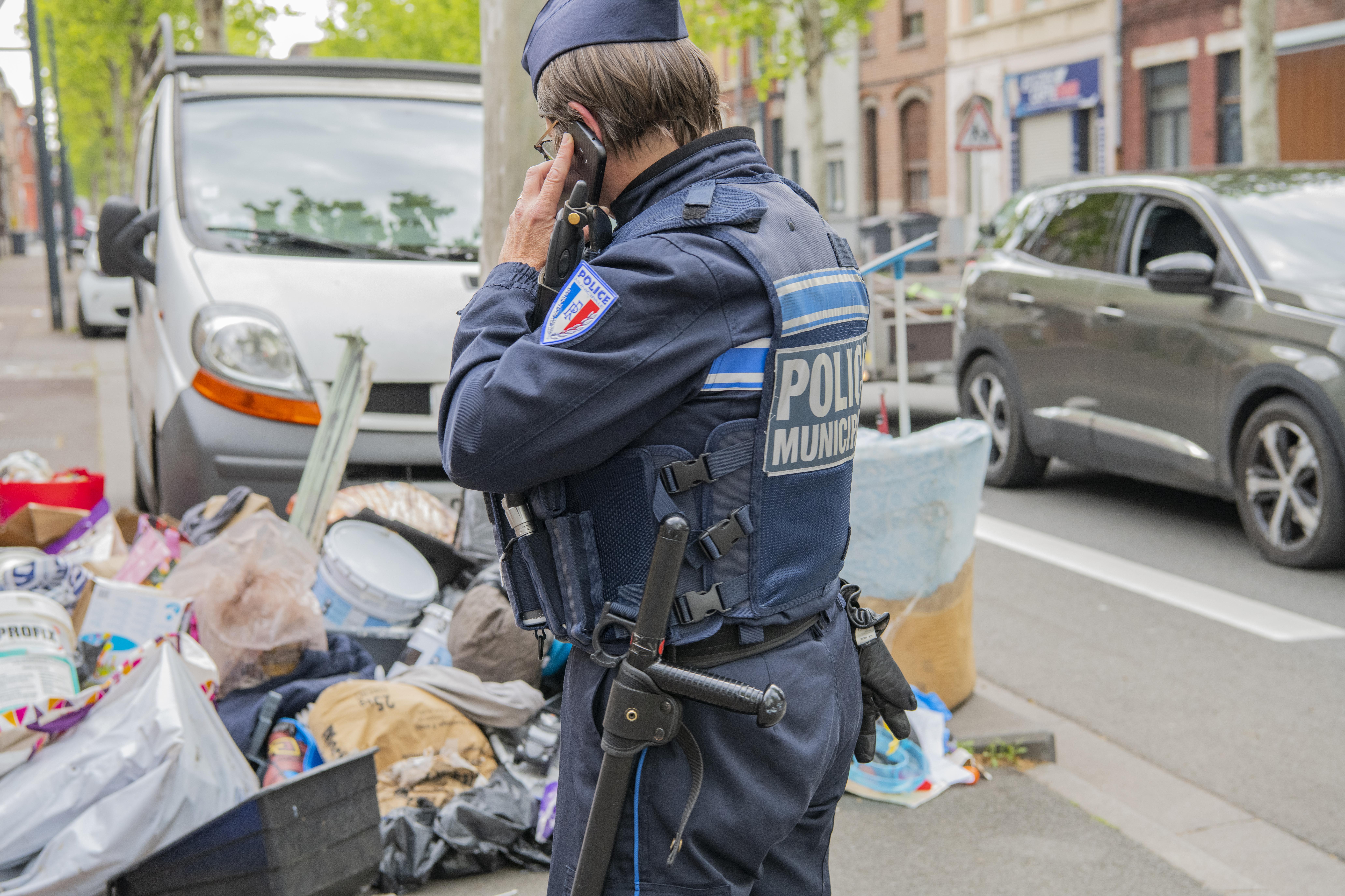 Les agents de la police du cadre de vie verbalisent les personnes responsables de dépôts sauvages