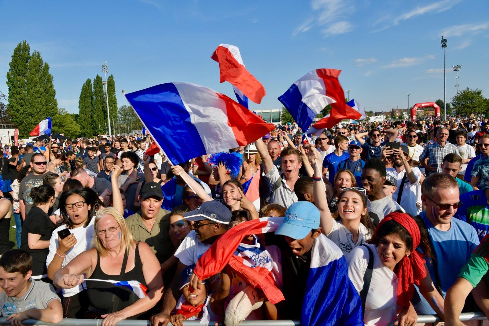 supporter de l'équipe de France devant écran géant pour la victoire des bleus