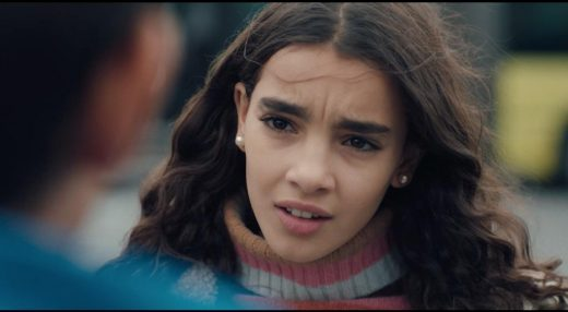 Sanya Salhi dans le film Haut les Coeurs